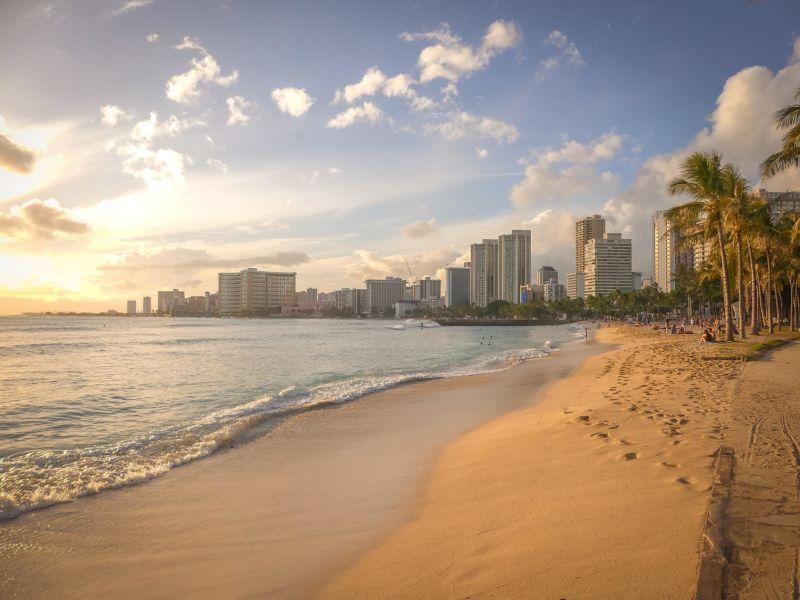 Praia em destaque com a cidade ao fundo