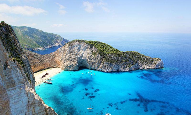 Praia com rochedos e água cristalina